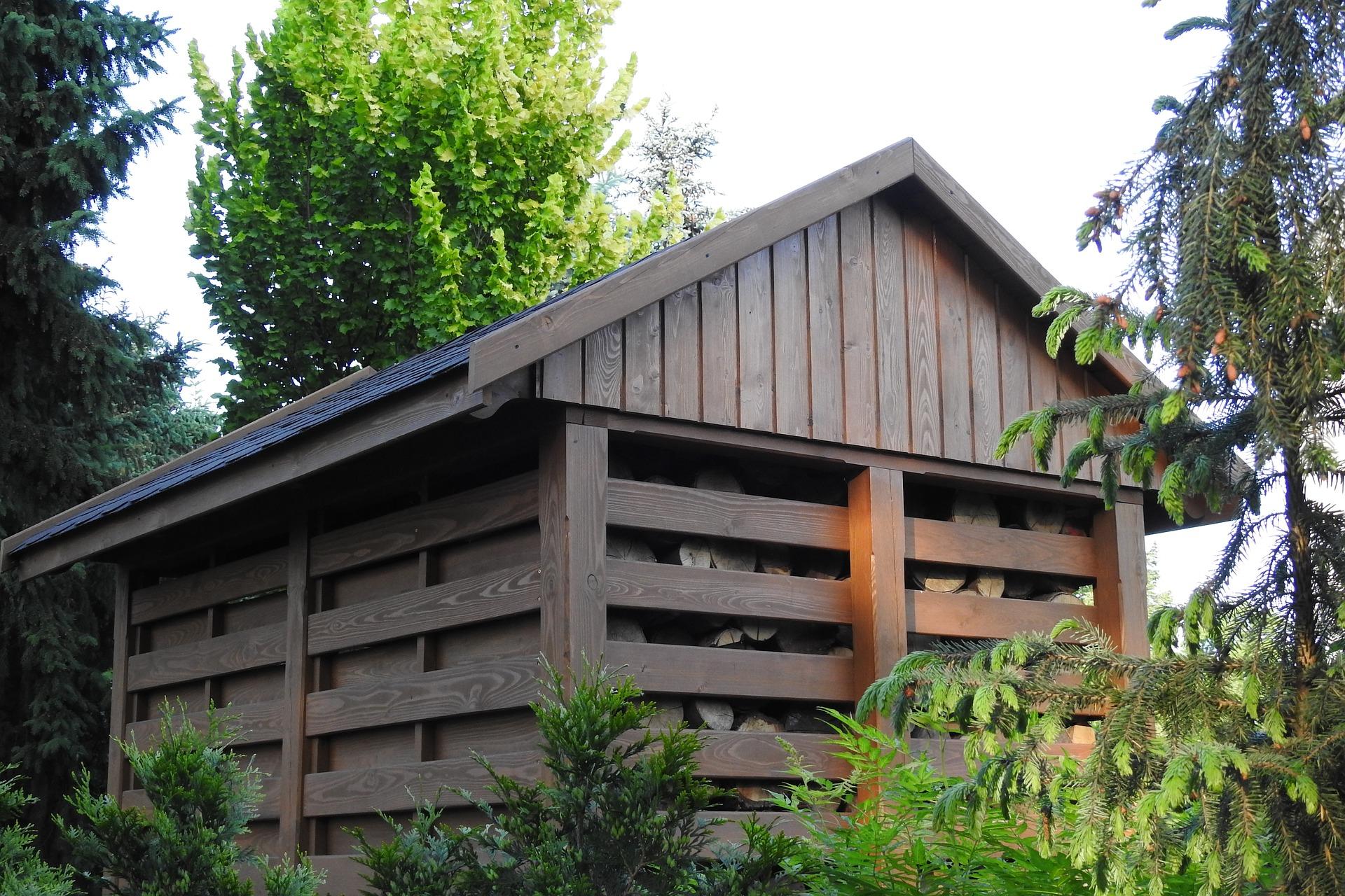 Dobierając drewutnię na drewno kominkowe, powinniśmy kierować się nie tylko jej ogólną pojemnością, ale także zwrócić uwagę na poszczególne wymiary - głównie na głębokość