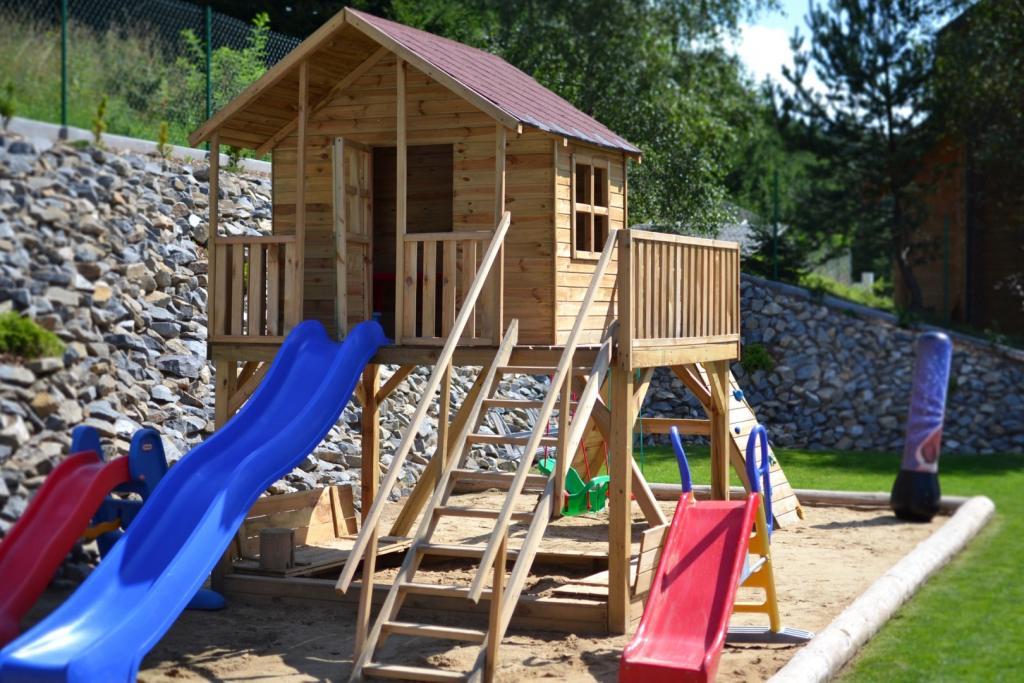 Rozwiązaniem szczególnie lubianym przez dzieci jest montowanie domków na podwyższeniu