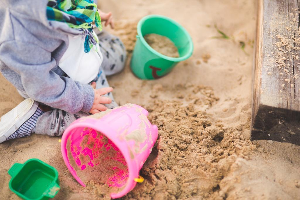 Piaskownica jest niezbędnym elementem każdego placu zabaw