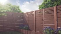 Ciepły brązowy kolor płotu i drewno sosnowe idealnie współprają z ogrodem