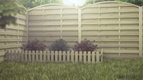 Propozycja wykorzystania płotu sztachetowego przy rabatkach kwiatowych lub na trawniku