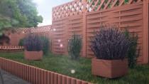 Palisady ogrodowe w brązowym kolorze - propozycja aranżacji