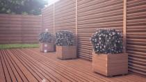 Brązowe płoty z drewna świerkowego w ogrodzie