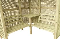 Wewnątrz altanki znajduje się stół i dwie ławeczki