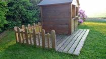 Domek drewniany dla dzieci MAGIC doskonale pasuje do ogrodowego krajobrazu
