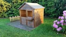 Przestrzeń domku została rozszerzona o podest będący drewianym tarasem lub ogródkiem