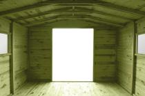Do wnętrza domku dociera wiele światła, dzięki czemu przestrzeń jest jasna w ciągu dnia