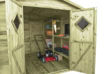 Półki i stolik pomogą w organizacji przestrzeni wewnątrz altanki