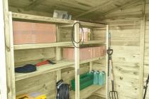 Regały drewniane na różnego rodzaju narzędzia, sadzonki, akcesoria
