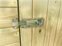 Drzwi zamykane są za pomocą zasuwy