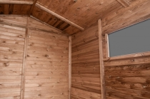 We wnętrzu można ustawić półki, regały lub stolik roboczy