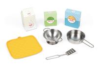 W zestawie znajdują się akcesoria-zabawki: garnki, rękawiczka kuchenna i produkty spożywcze