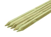Paliki drewniane mają ostre zakończenia - łatwo wbić je w ziemię