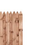 Płot drewniany brązowy posiada konstrukcję ze sztachetami ostro zakończonymi u góry