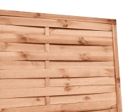 Płot o przyjemnym, ciepłym brązowym odcieniu posiada widoczną strukturę drewna i słojów