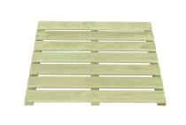 Podest drewniany posiada naturalny, sosnowy kolor i ryflowaną powierzchnię desek