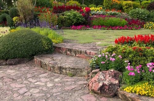 Jak stworzyć rabatę na słoneczne i cieniste miejsca w ogrodzie?