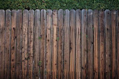 Ogrodzenia drewniane: najlepszy wybór dla terenów zielonych.