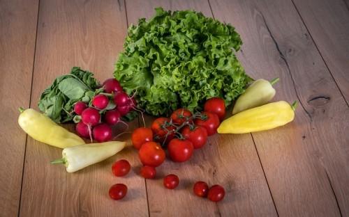 Świeże warzywa i zioła w ogrodzie i na tarasie